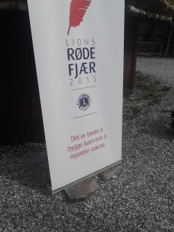 Lions Club med plakat for Røde Fjær