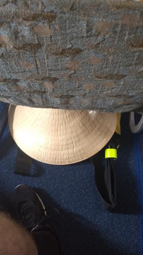 Stråhatt under sete.jpg