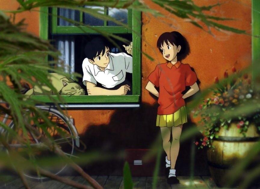Skjermbilde fra Whisper of the Heart. Hovedpersonen står utenfor huset til en annen av karakterene og snakker med ham gjennom vinduet. Varme farger.